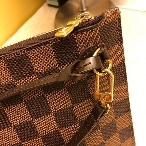 Louie Vuitton neverfull pochette